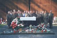 Chór AK pod ścianą pamiątkową Cmentarza Katyńskiego w roku 2010
