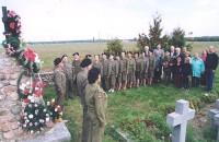 Chór AK składający wieńce i znicze na cmentarzu Żołnierzy Armi Krajowej na Białorusi