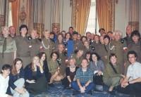 Chór żołnierzy AK podczas francuskiego tourne w ambasadzie polskiej w Paryżu, 13.10.2001
