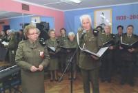 Dyrektor Beata Nowicka oraz chórzysta Jerzy Nowakowski na koncercie w Klubie Miś w Ursusie, 2008