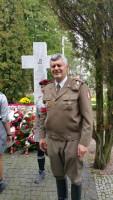 Budy Zosine, ppor. Piotr Kosowicz przy pomniku na Cmentarzu Wojennym